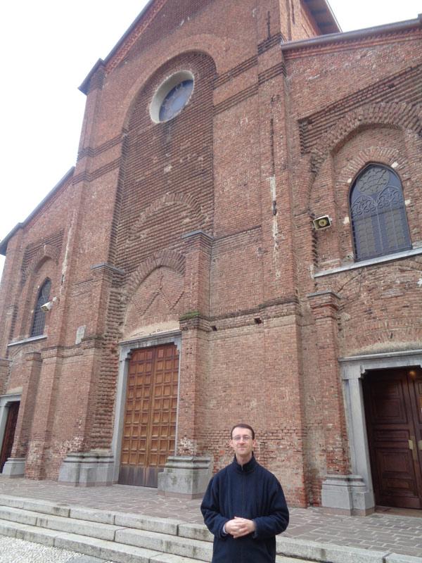 Il parroco don Mauro Belloni – Facciata della chiesa parrocchiale