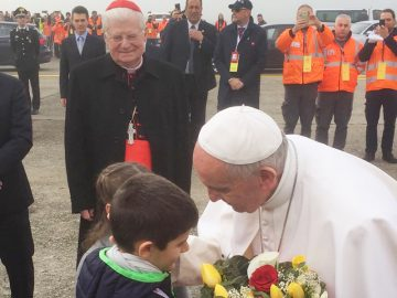 Papa Francesco a Linate riceve i fiori da due bambini