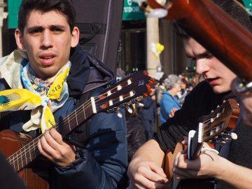 L'abbraccio dei milanesi in una piazza Duomo emozionata e gioiosa