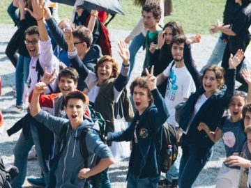 """Applauso al Parco di Monza all'angelus del Papa. Comunità straniere: """"Francesco è uno di noi"""". Tra i fedeli anche i richiedenti asilo di Villa Sacro Cuore a Triuggio. Il Parco è pieno."""