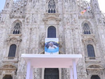 """Papa Francesco in Duomo: """"Giovani esposti a zapping continuo: insegniamo loro a discernere"""". Scola: """"Il travaglio è motivo di conversione"""". In 100mila tra sagrato e vie laterali"""