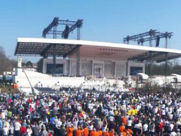 Papa al parco di Monza. Inizia la Messa davanti a un milione di fedeli