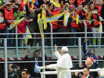 Papa Francesco a San Siro chiede ai cresimandi di promettere al Signore di non essere mai bulli. In 80mila per ascoltare il Santo Padre nello stadio
