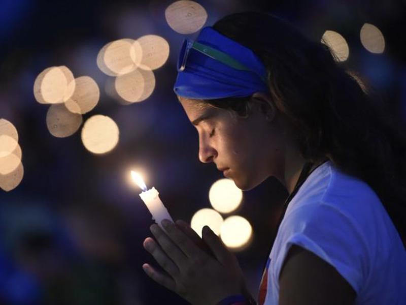 Giovane in preghiera 2