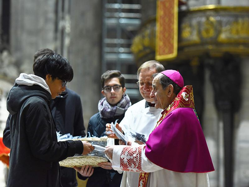 Arcivescovo Mons. Delpini con giovani