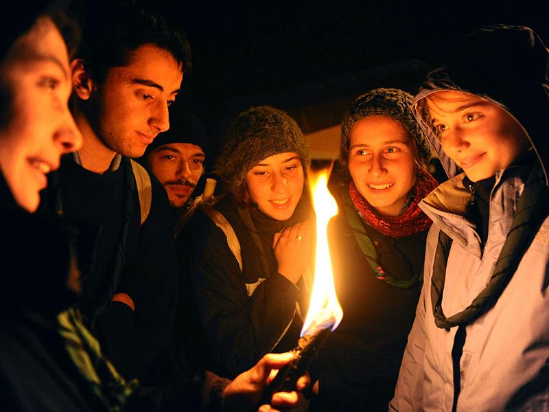 Gruppo di giovani in preghiera
