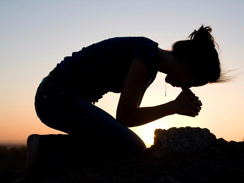 Giovane in preghiera