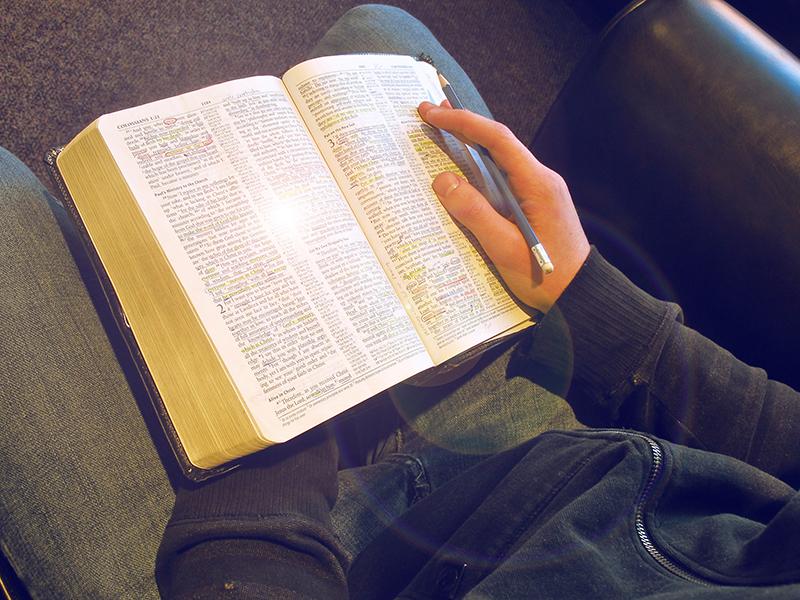 Giovani in preghiera