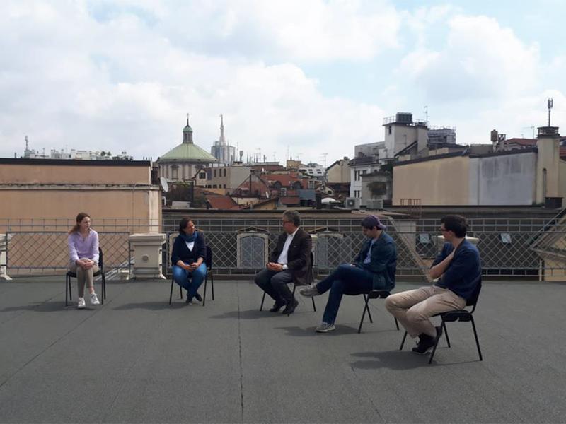 Petrosino in dialogo con alcuni giovani di Milano