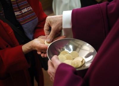 comunione sulla mano