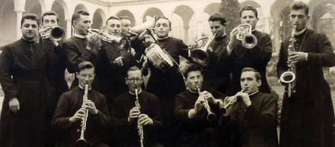 Dionigi Tettamanzi, primo a sinistra, con un'improvvisata banda musicale.