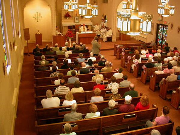 fedeli in chiesa