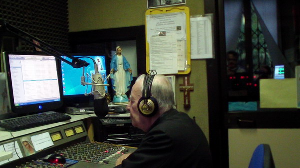 Don Mario Galbiati al microfono
