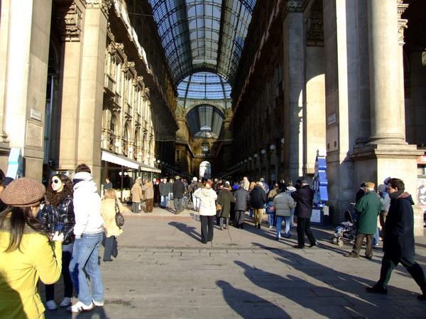 folla in piazza Duomo