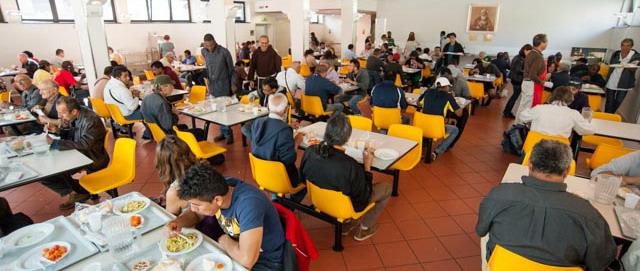 L'interno della Mensa dove vengono distribuiti 2500 pasti al giorno