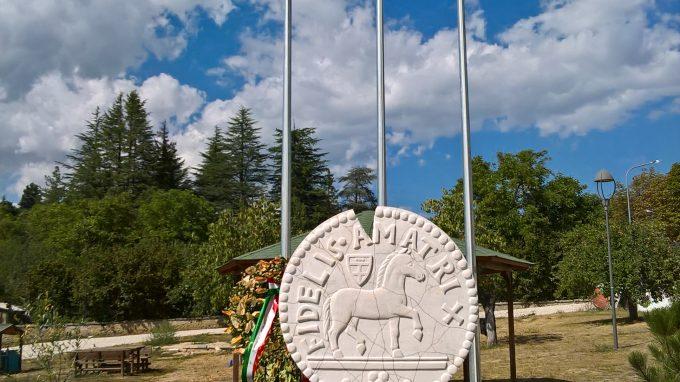 Il monumento che ricorda il terremoto
