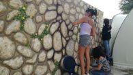 Lietta, volontaria, lavora al murales