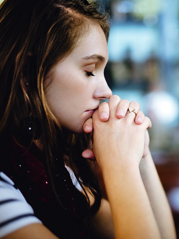 ragazza preghiera