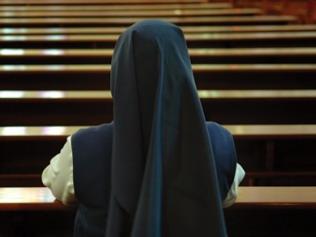 religiosa in preghiera
