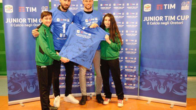 Antonio Donnarumma e Daniele Padelli con maglia staffetta Junior TIM Cup