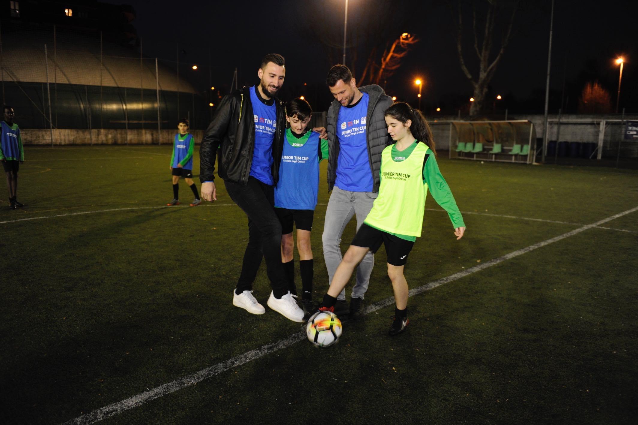 Antonio Donnarumma e Daniele Padelli danno il calcio di inizio in campo