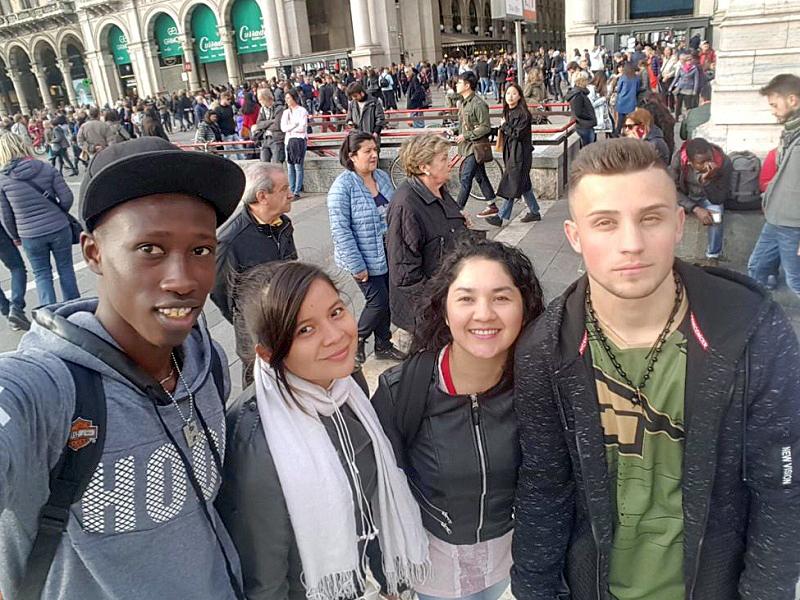 Tidiane con i compagni di lavoro in piazza Duomo a Milano