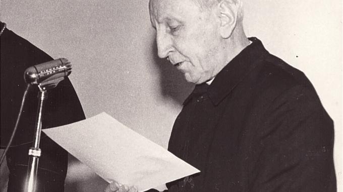Padre Enrico Mauri al microfono