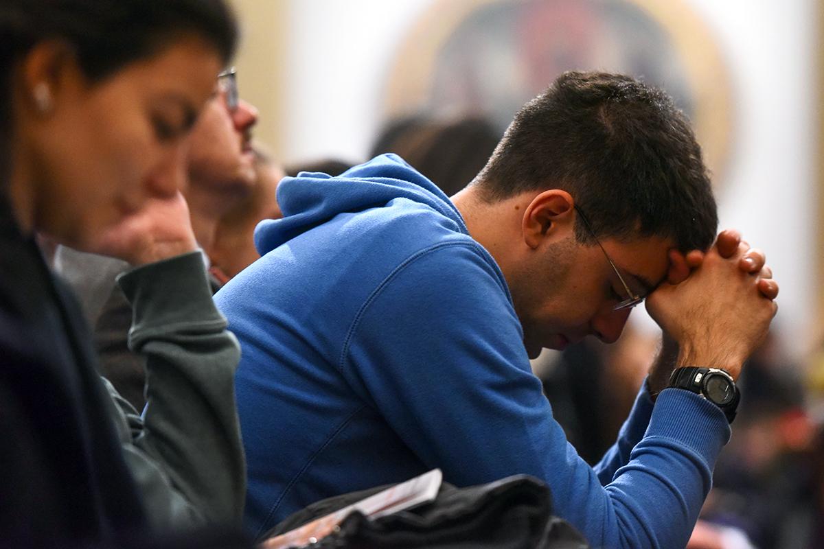 esercizi-spirituali-giovani-sant'ambrogio-prega