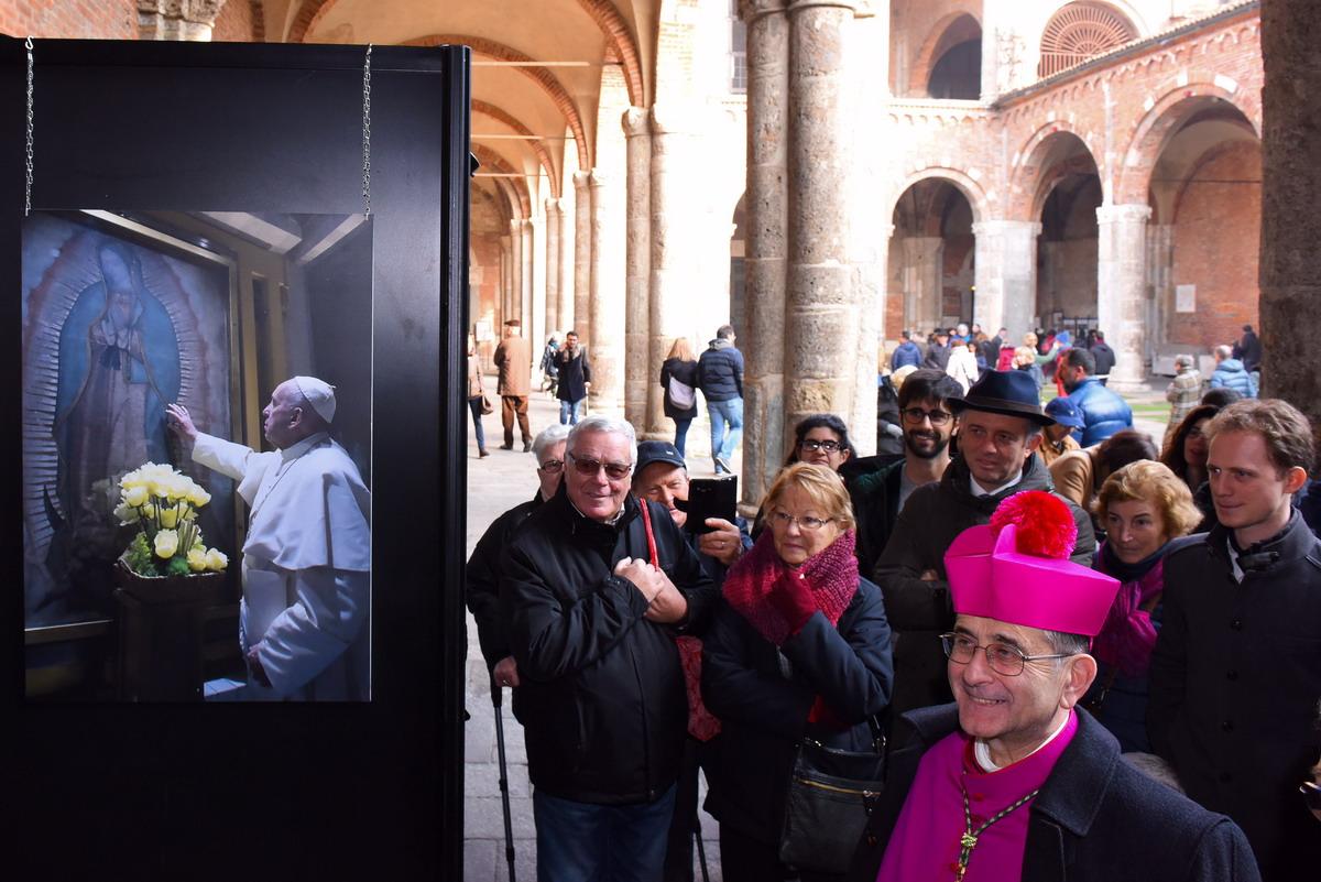 arcivescovo visita mostra su papa bergoglio_AFBJ