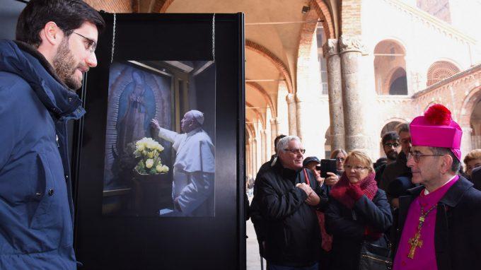 arcivescovo visita mostra su papa bergoglio_AFBO