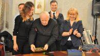 03 MAGGIO 18 RICONOSCIMENTO e consegna targa a don Mario da parte del COMUNE ALBAVILLA