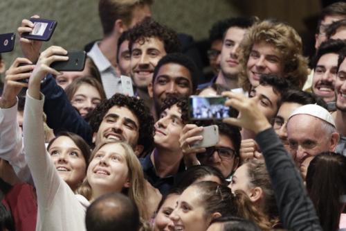 Papa-Francesco-fa-un-selfie-con-i-giovani-durante-il-sinodo-foto-Ap-720x0-c-default