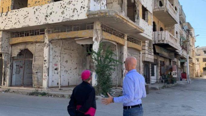 L'Arcivescovo e il direttore di Acs Monteduro a Homs di fronte alle immani ferite prodotte dalla guerra