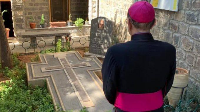 Monsignor Delpini a Homs in preghiera dinanzi alla tomba di Padre Frans Van Der Lugt, ucciso il 7 aprile 2014 durante l'occupazione della città dalle Brigate Al-Nusra