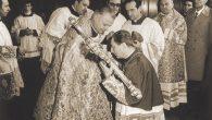 Appena entrato in Duomo monsignor Martini bacia il Crocefisso portogli dall'Arciprete della Cattedrale, monsignor Angelo Majo