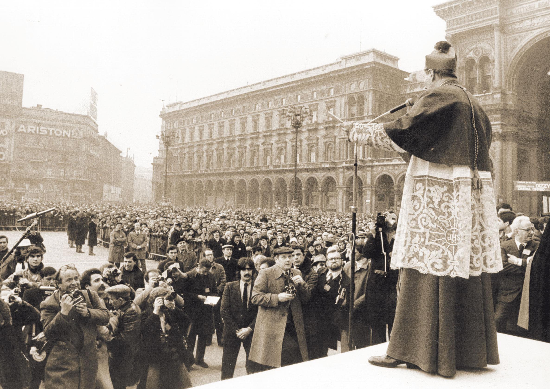 Monsignor Martini saluta la folla accorsa in piazza Duomo al suo ingresso