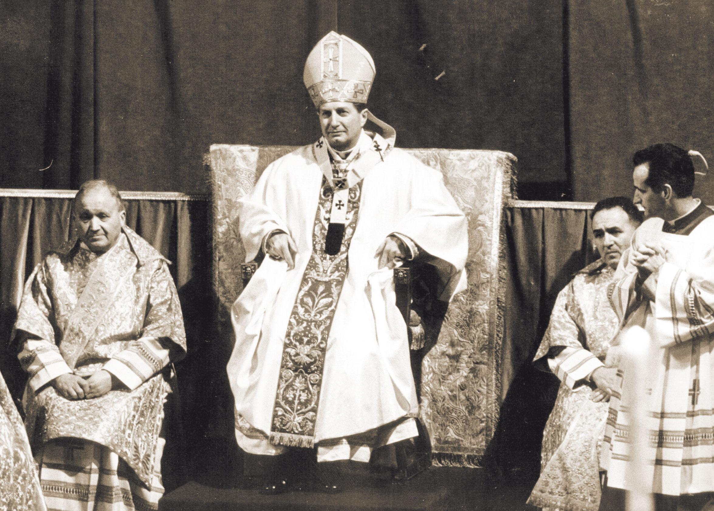 Il neo Arcivescovo in Cattedrale durante la solenne celebrazione