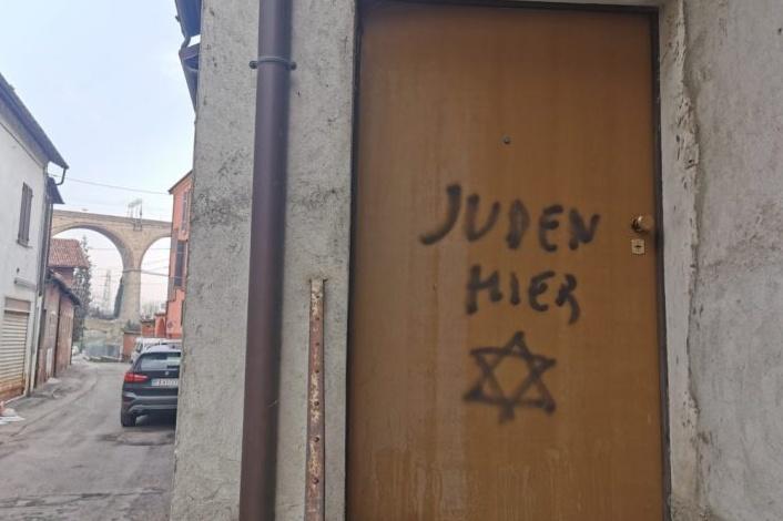 La scritta antisemita apparsa su una casa di Mondovì