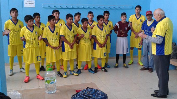 Don Antonio Colombo con la squadra di calcio