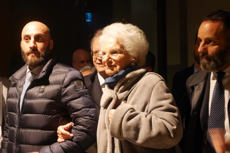 Liliana Segre accompagnata dal figlio e dagli uomini della scorta