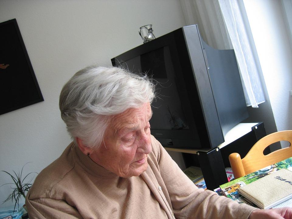 anziana casa solitudine