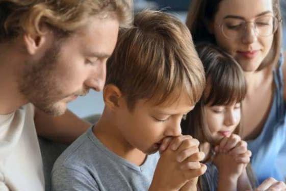 famiglia-che-prega Cropped