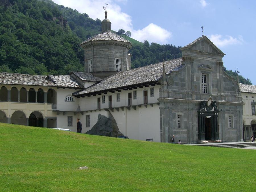 Oropa_Basilica_Antica_lat_sin