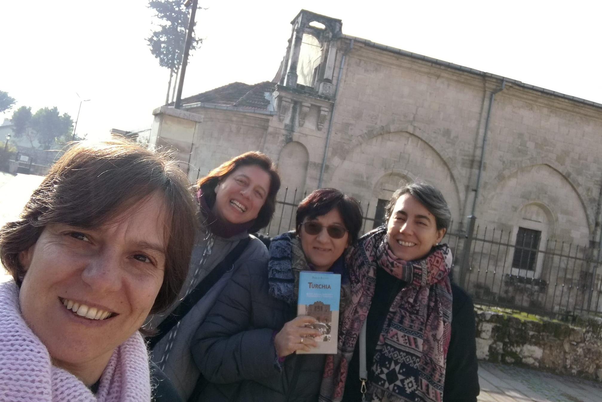 davanti alla chiesa di Tarso con consorelle in visita Cropped