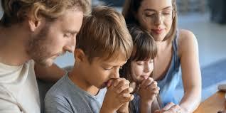 famiglia che prega