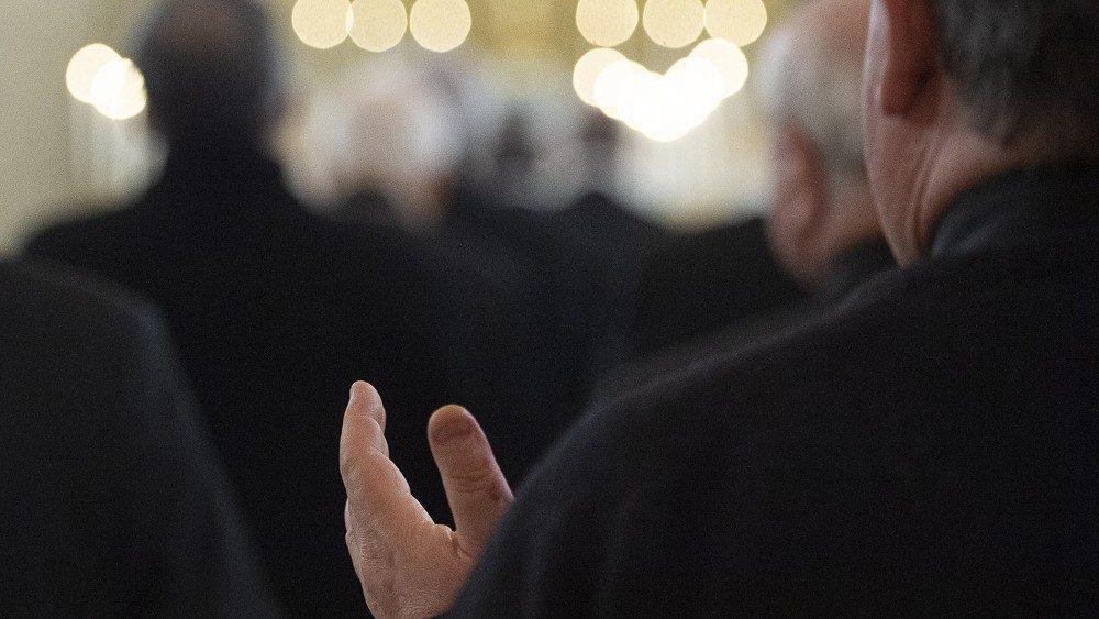 prete in preghiera