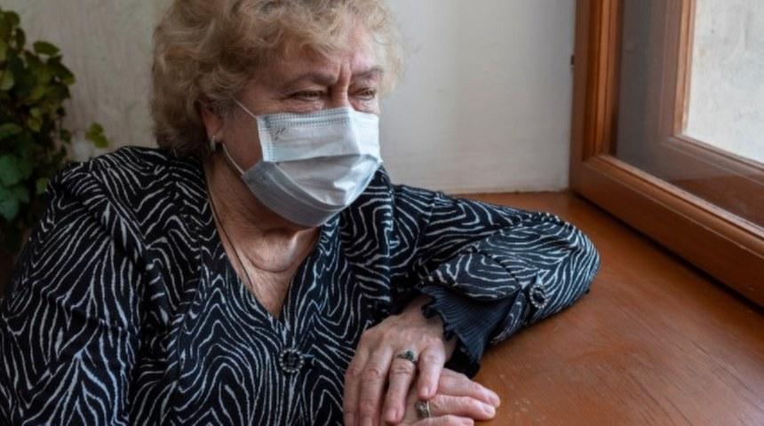 anziana con mascherina senior italia
