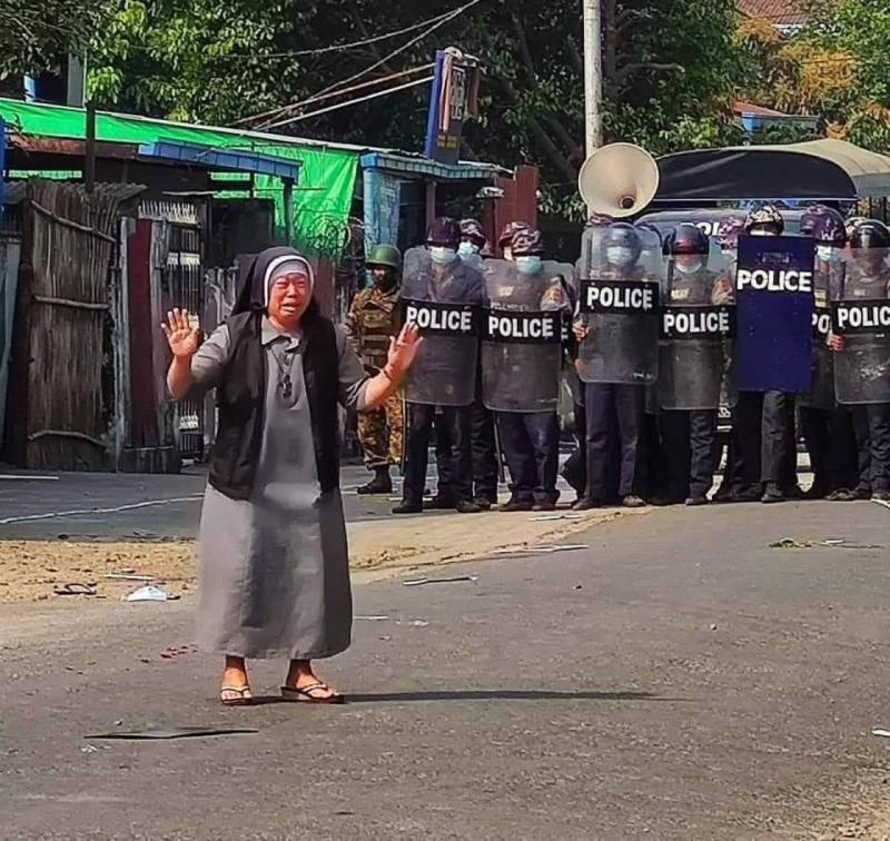 Suor Ann Rose Na Tawng in piazza a Myitkyina (Myanmar)