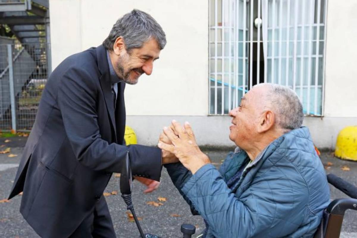 Don Marco Bove con un ospite della Sacra Famiglia