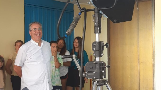 Don Davide Milanesi durante una pausa delle riprese spot sostegno clero.